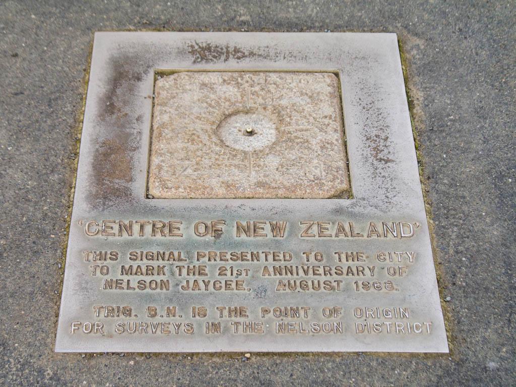 Plaque marquant le centre de la Nouvelle-Zélande
