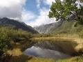 Reflet des montagnes dans le bassin