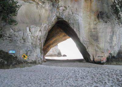 Devant la roche creusée