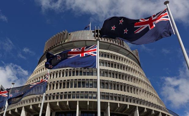 Le drapeau de Nouvelle-Zélande devant le parlement